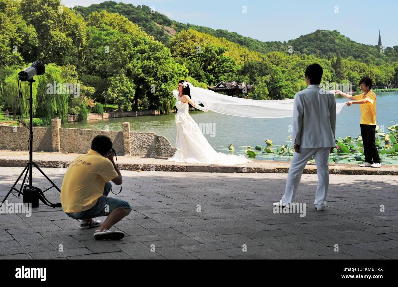 Hangzhou, Zhejiang, China.  Hochzeit Fotografieren am malerischen Ufer des West Lake in der Stadt Hangzhou Stockbild