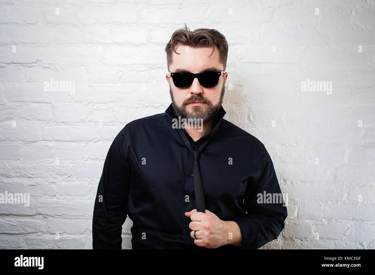 Portrait Eines Bartigen Ernster Mann In Sonnenbrille Ein Schwarzes
