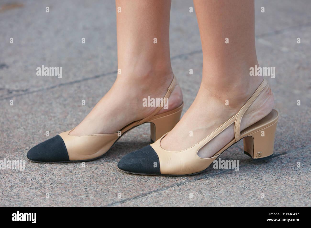 new style d498a 9ee95 Mailand - 23. September: Frau mit Chanel beige Leder Schuhe ...