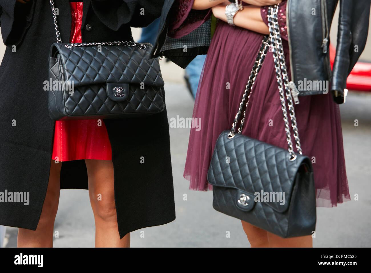 Mailand - 23. September: Frauen mit schwarzem Leder chanel Taschen ...