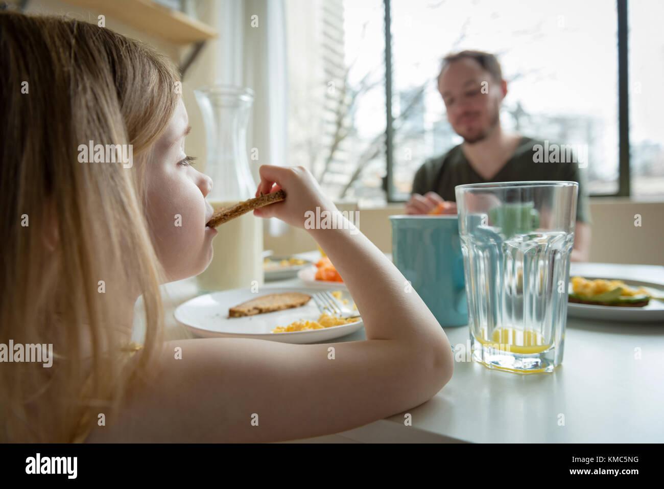Vater und Tochter beim Frühstück Stockbild