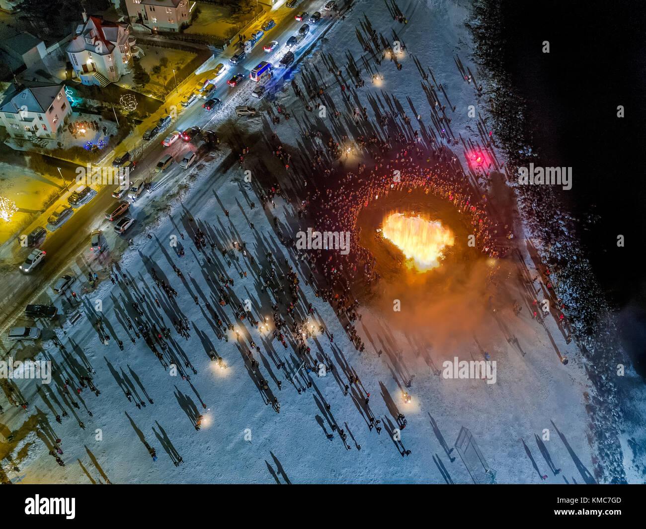 Lagerfeuer und Feuerwerk auf das neue Jahr ist eine jährliche Veranstaltung, Reykjavik, Island. dieses Bild Stockbild
