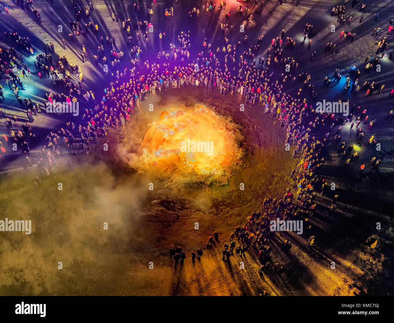 Silvesterfeier neues Jahr. Lagerfeuer und Feuerwerk auf das neue Jahr ist eine jährliche Veranstaltung, Reykjavik, Stockbild