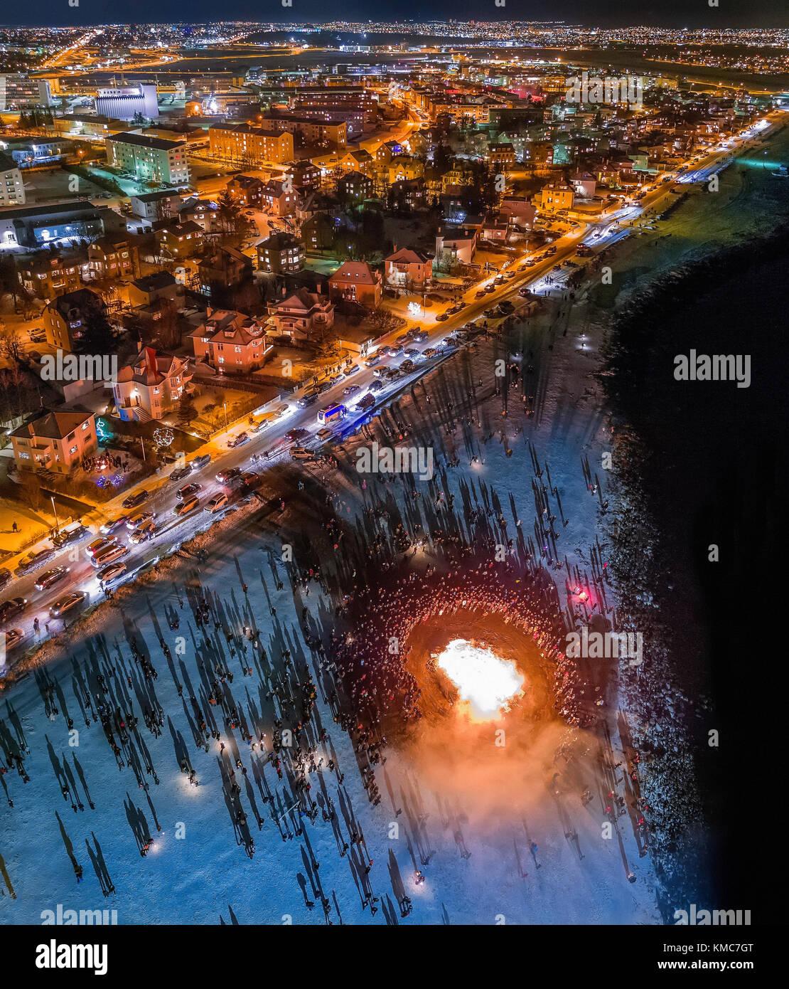 Silvester feiern. Lagerfeuer und Feuerwerk auf das Neue Jahr ist eine jährliche Veranstaltung, Reykjavik, Island. Stockbild