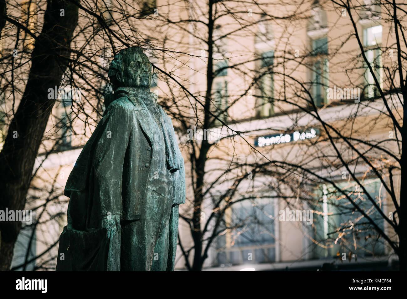 Helsinki, Finnland. Am Abend Blick auf Monument, Dichter und Journalist eino leino im Esplanade Park ins Finnische. Stockbild