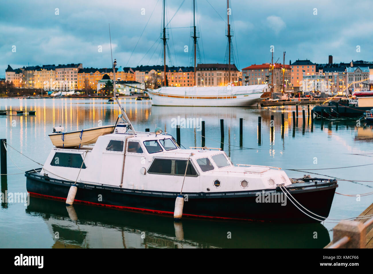 Helsinki, Finnland. marine Boot, Motorboot in Abend Beleuchtung am Pier. Stockbild