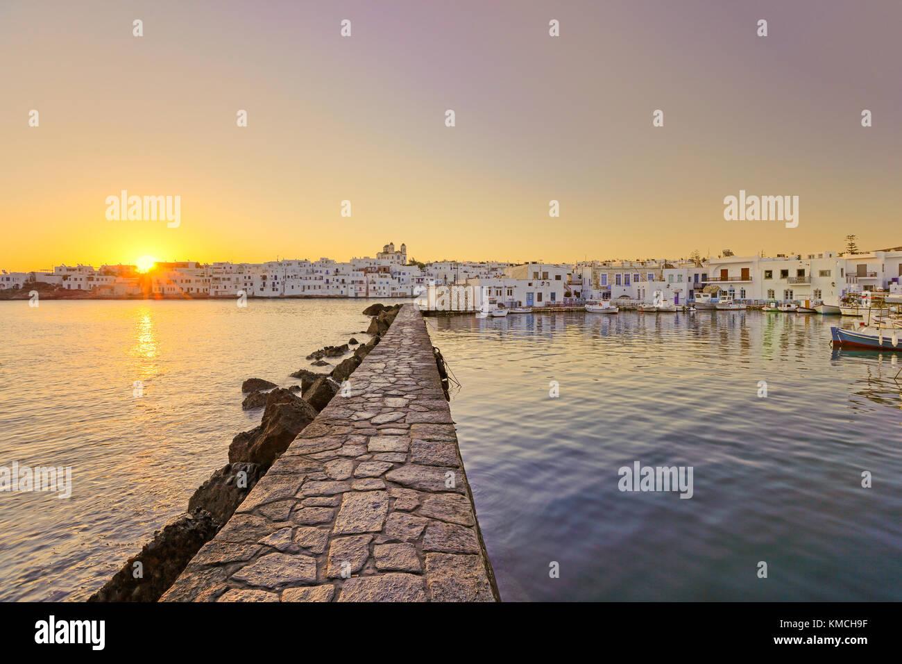 Der Sonnenaufgang am Hafen von Naoussa auf der Insel Paros, Griechenland Stockbild