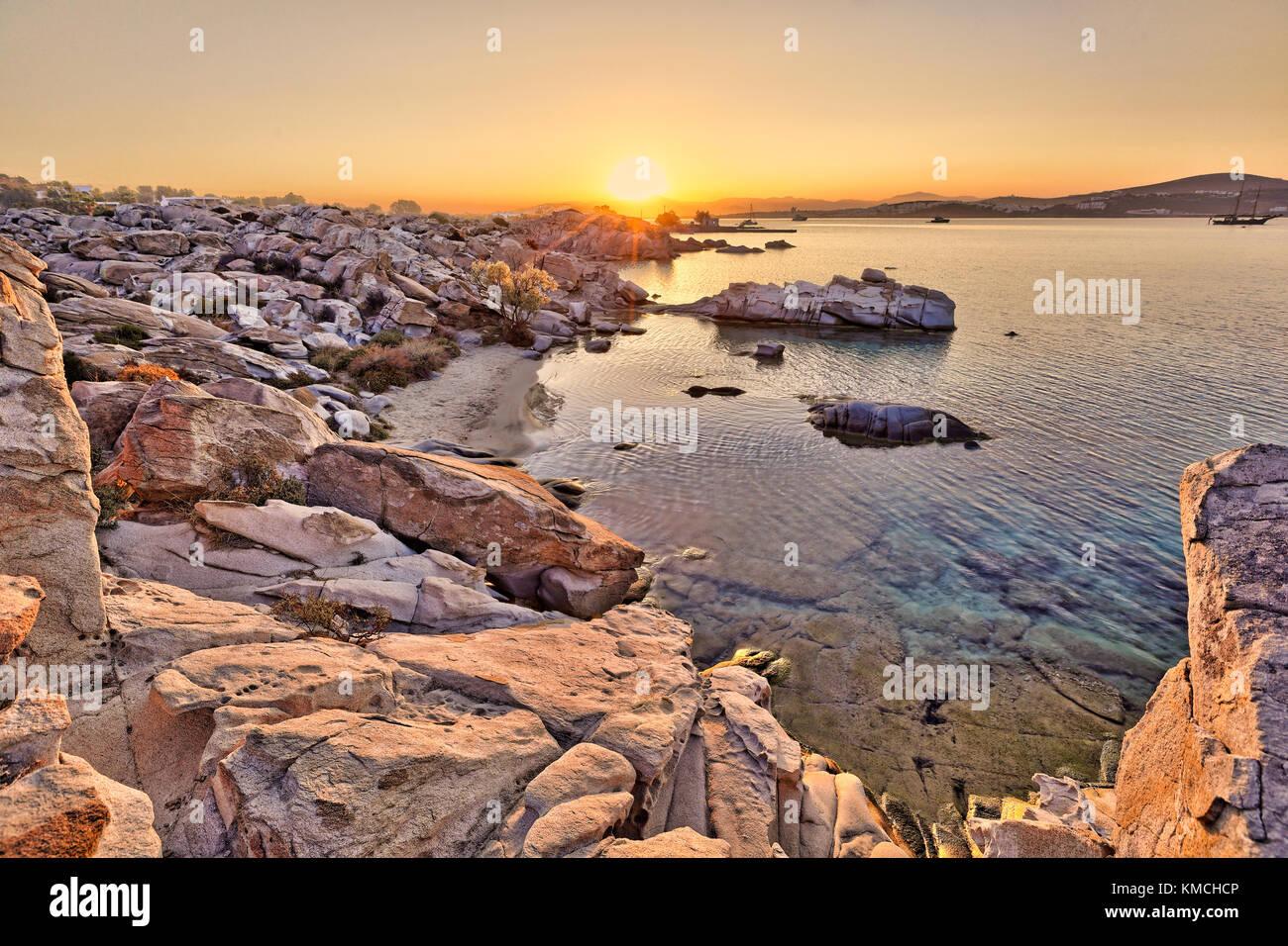 Den Sonnenaufgang in kolymbithres Strand auf der Insel Paros, Griechenland Stockbild