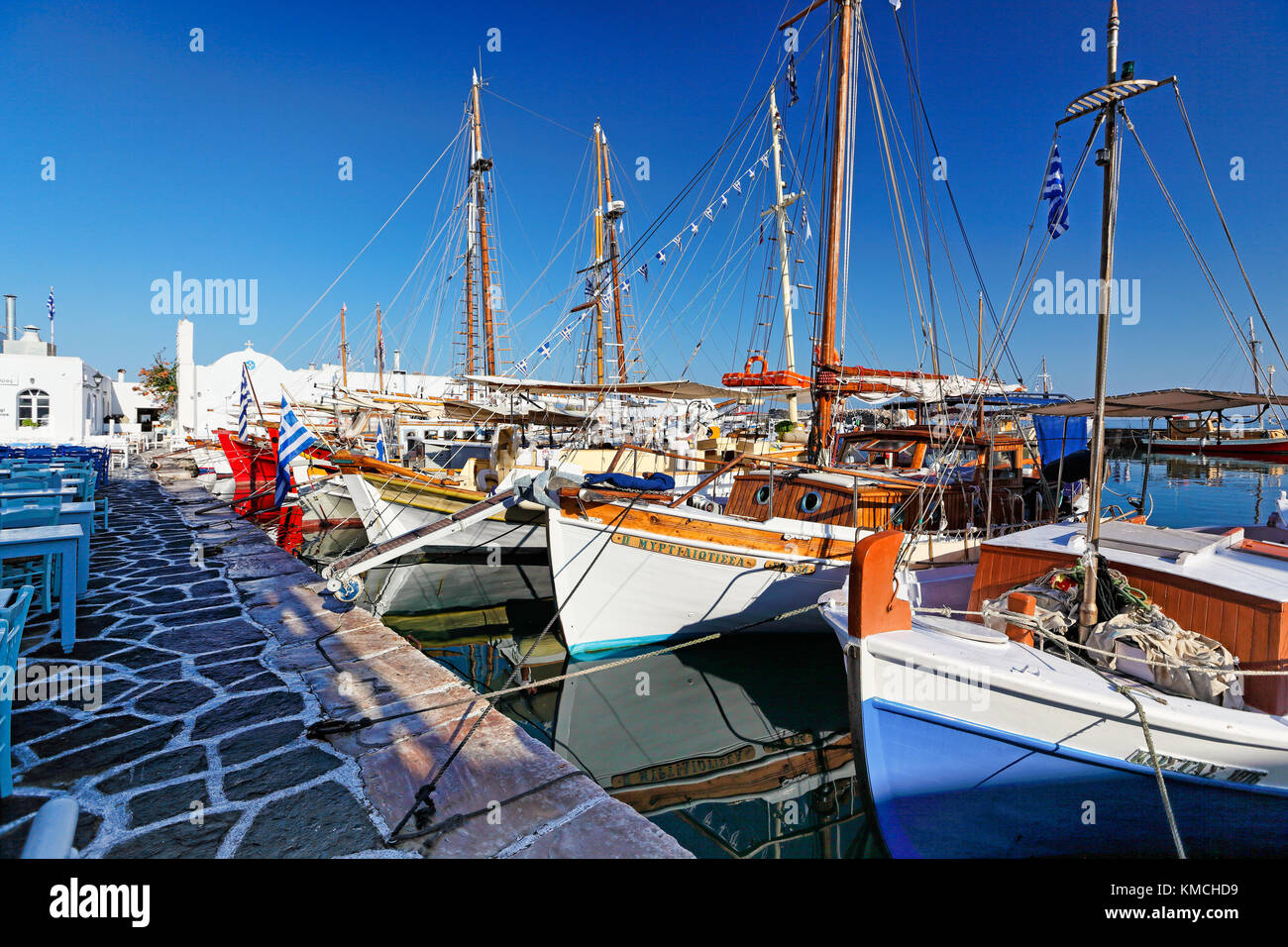 Boote im Hafen von Naoussa auf der Insel Paros, Griechenland Stockfoto