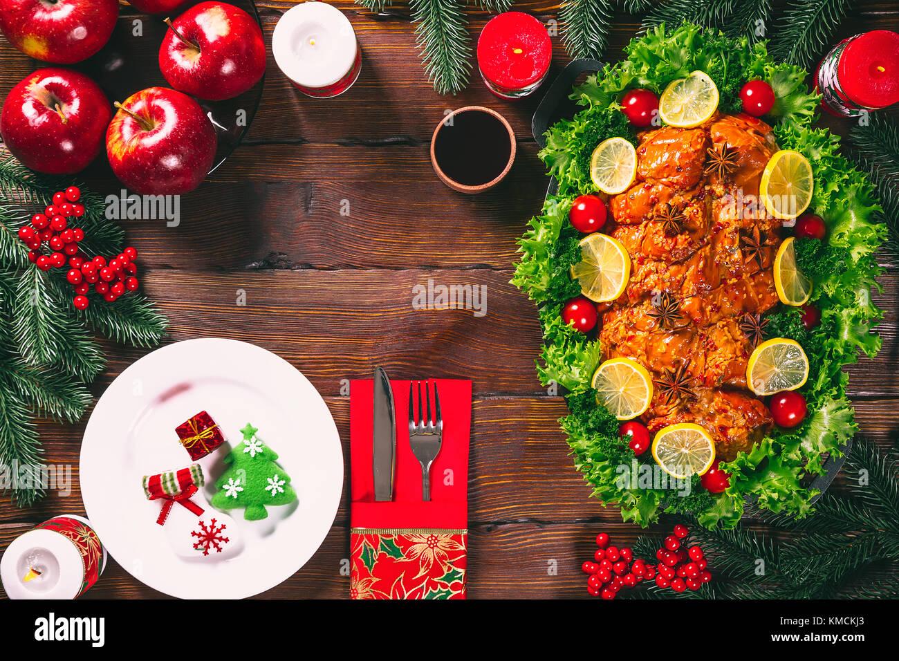 weihnachten tisch zum abendessen mit gebratenem fleisch in. Black Bedroom Furniture Sets. Home Design Ideas