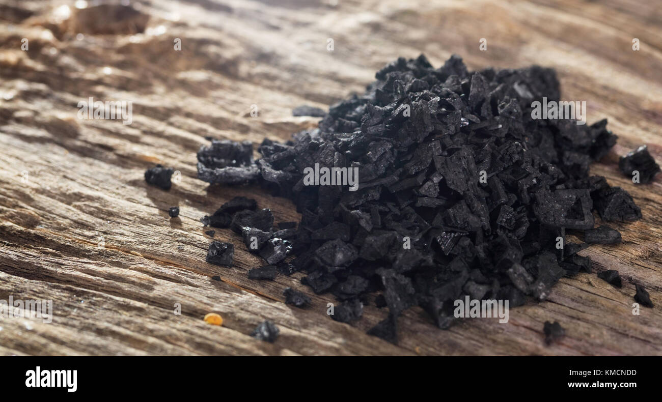 Stapel der schwarzen Lava Salz auf hölzernen Tisch. Detailansicht. Stockbild