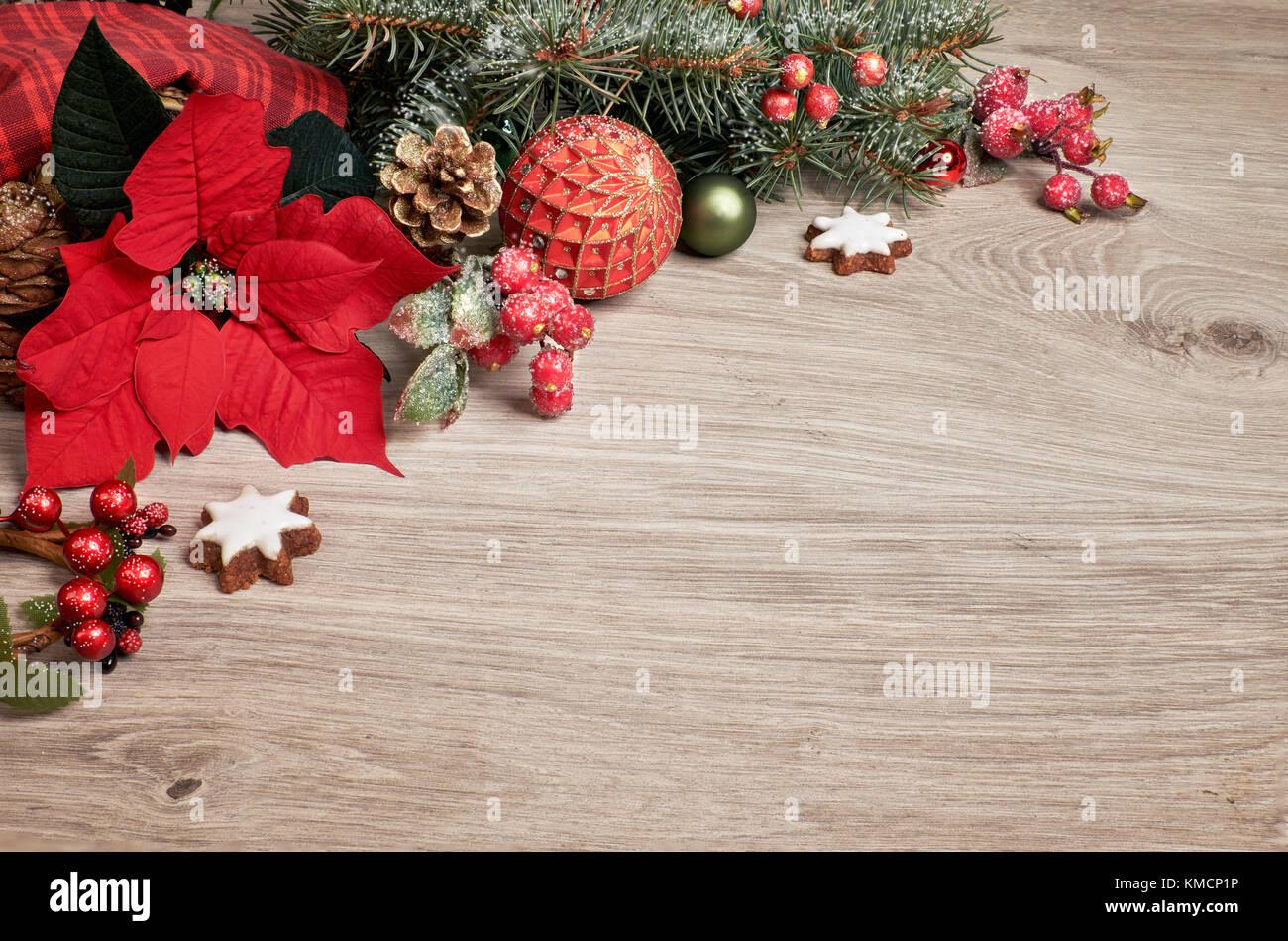 Holz- Hintergrund mit Weihnachtsstern, Weihnachtsstern, geschmückten ...