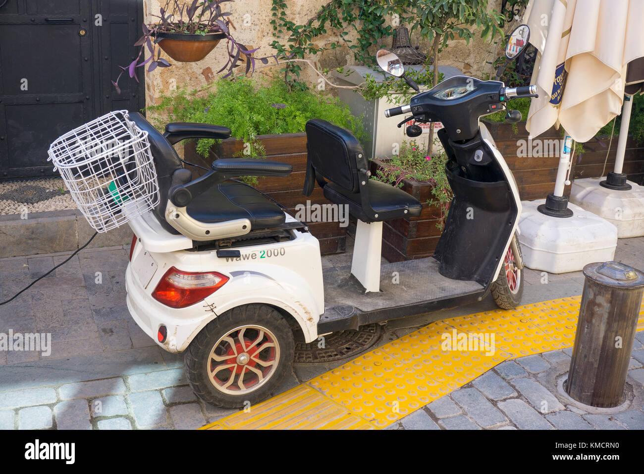 Chinesische e-Scooter im Kaleici, der Altstadt von Antalya, Türkische Riviera, Türkei Stockbild