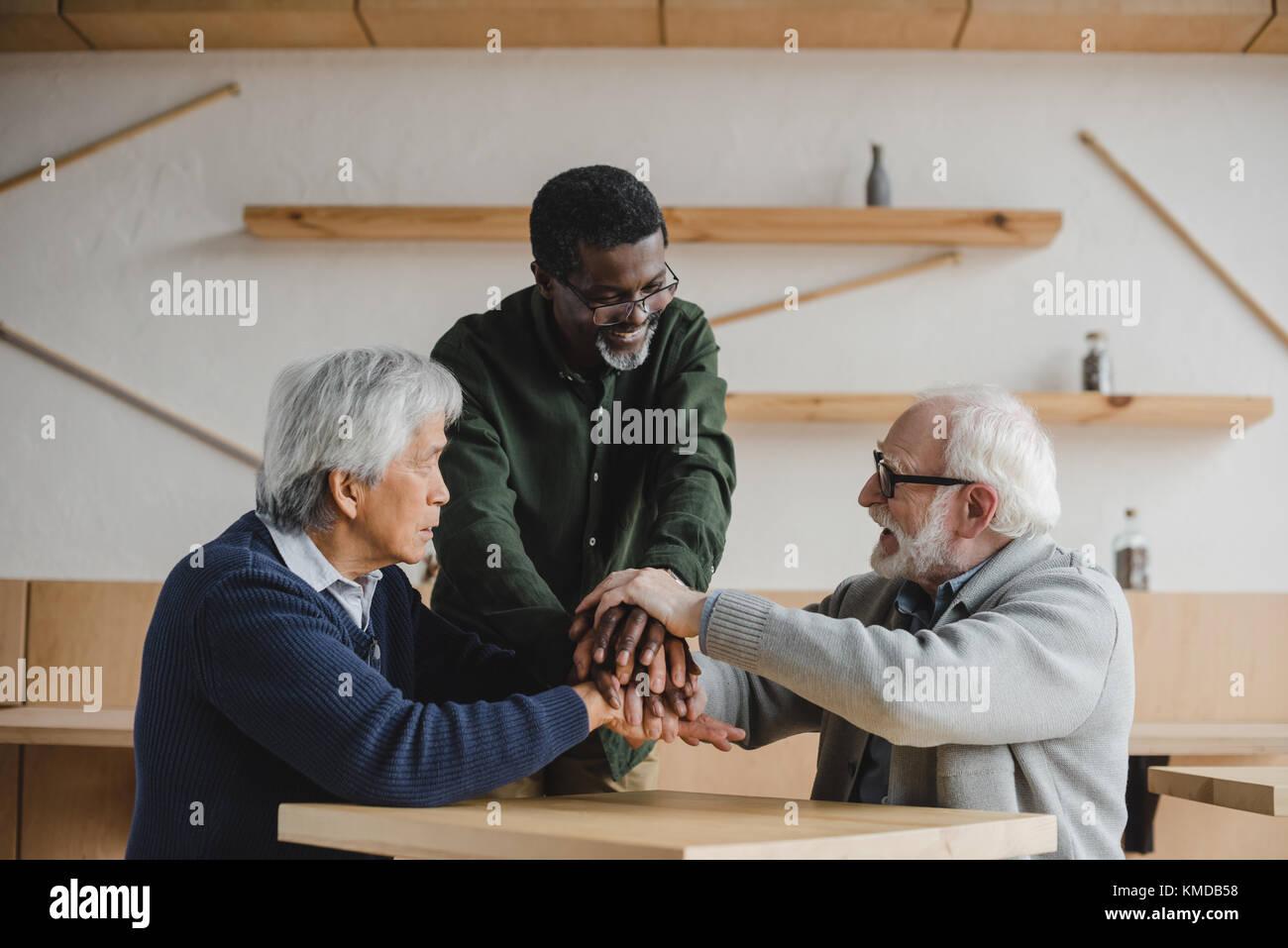 Ältere Freunde team Geste Stockbild