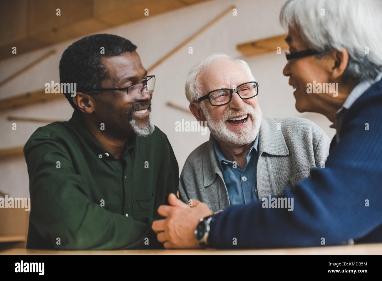 Ältere Freunde Zeit miteinander zu verbringen Stockbild