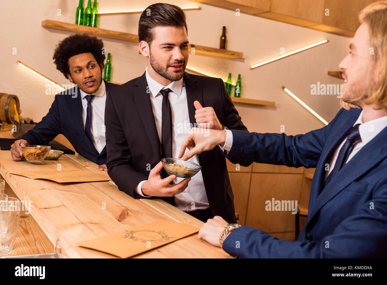 Unternehmer essen Snack in der Bar Stockbild