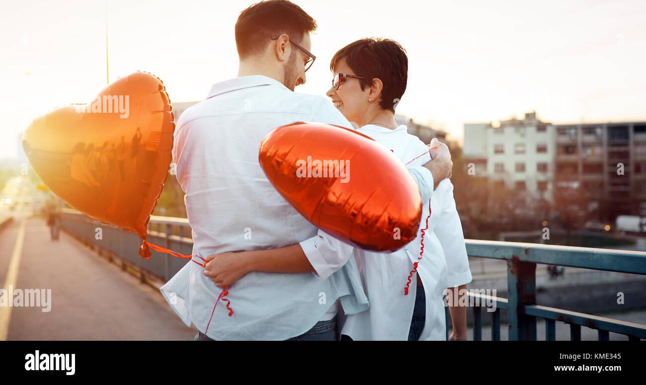 Paar umarmen und küssen im Freien Stockbild