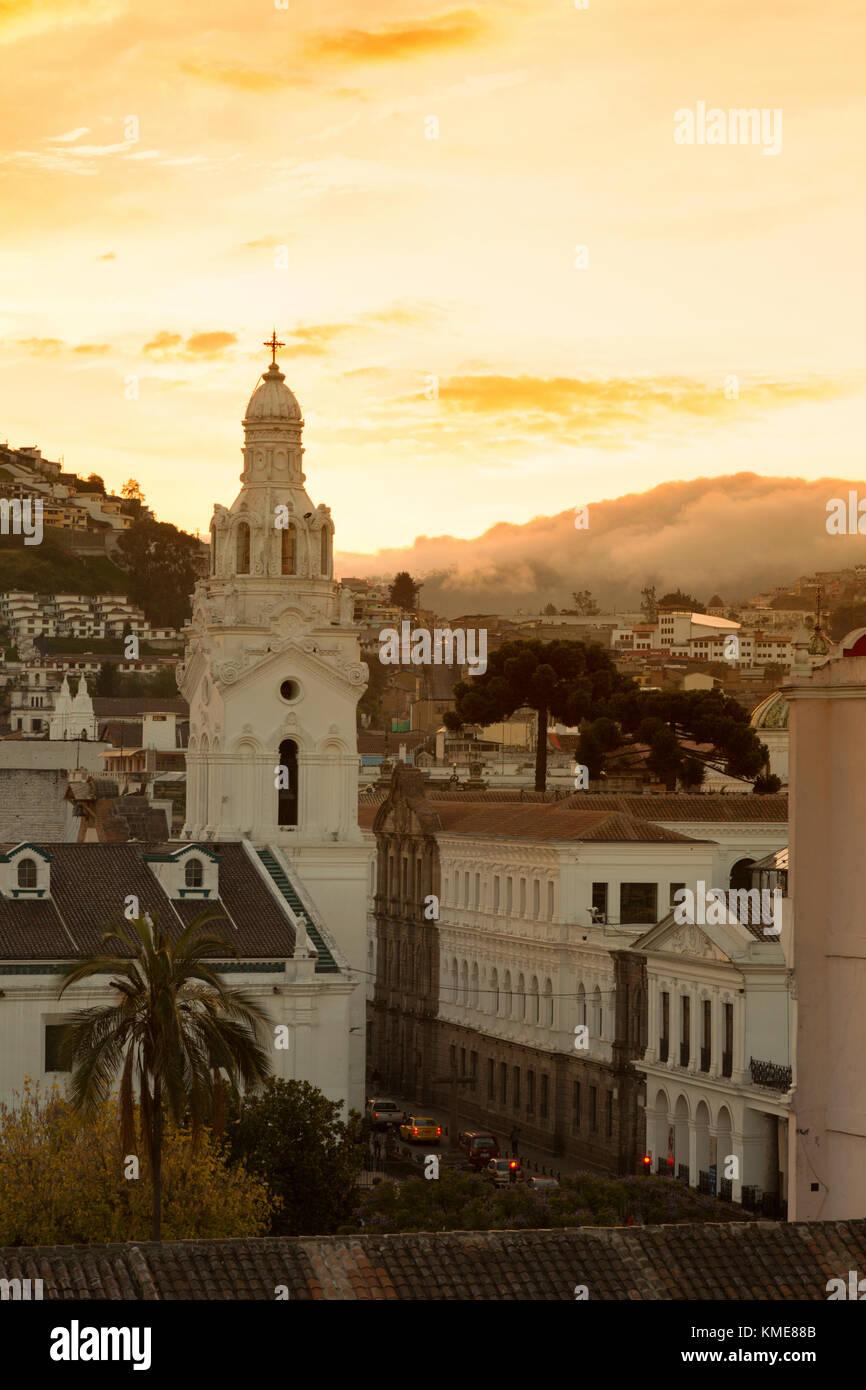 Quito Ecuador - Sonnenuntergang über Quito Kathedrale, und Wolken Rollen in über die Anden, Quito, Ecuador Stockbild