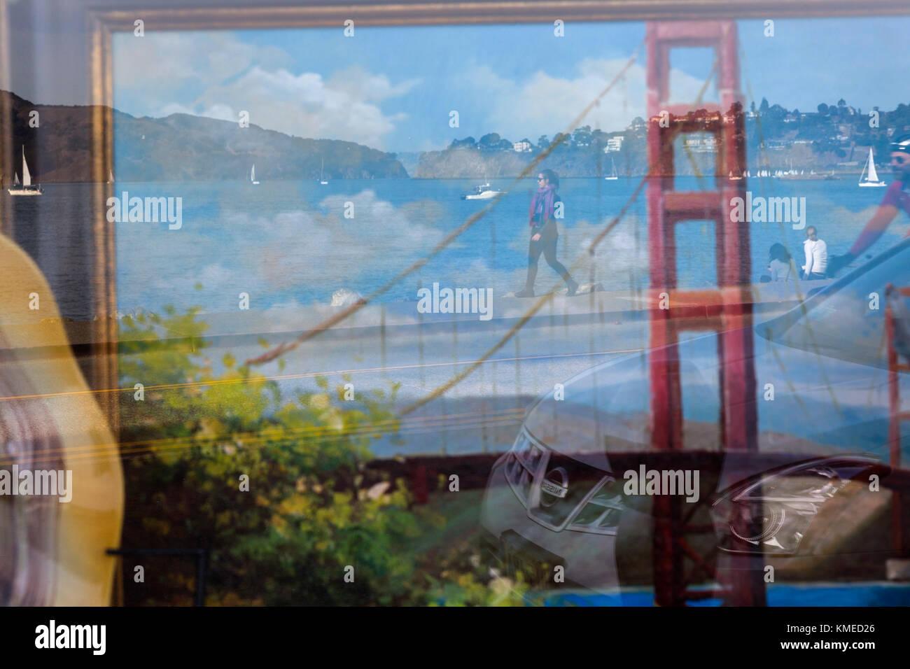 Reflexion der Golden Gate Bridge in Fenster, Sausalito, Kalifornien, USA Stockbild