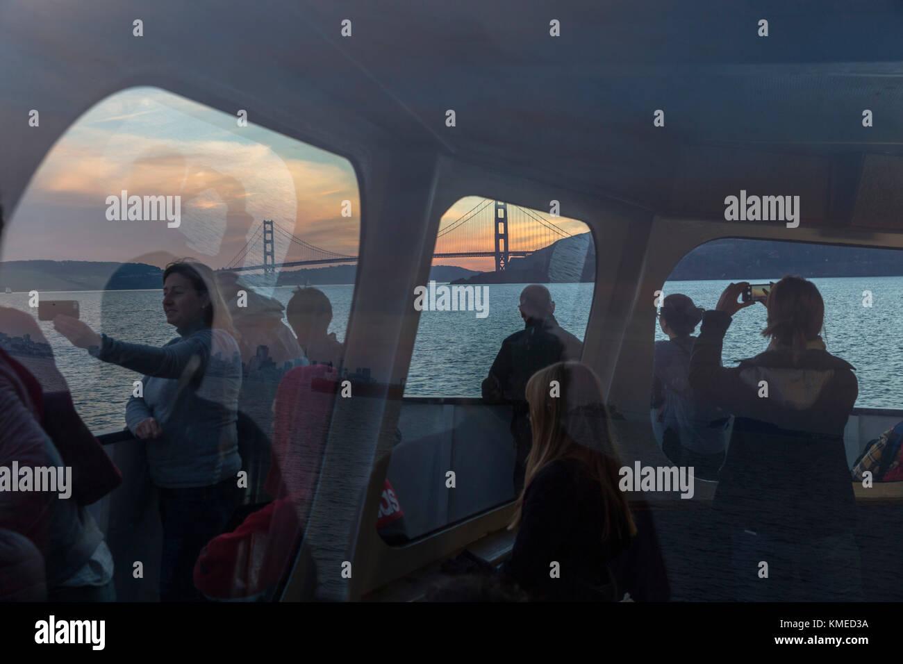 Passagiere auf der Fähre nach Sausalito, nach San Francisco und die Golden Gate Bridge im Hintergrund, Kalifornien, Stockbild