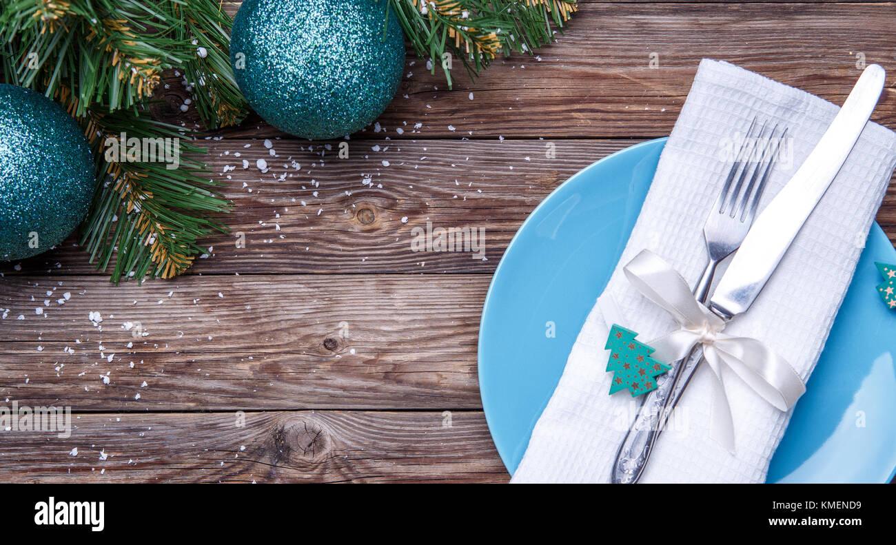 Weihnachten Tisch mit blauen Platte, Messer und Gabel, dekoriert mit ...