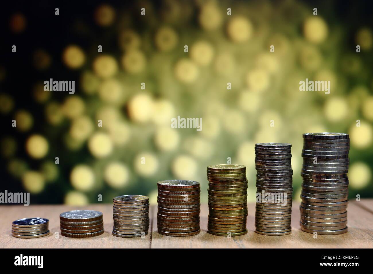 Münze in steigenden Chart graph Muster stack. Unternehmenswachstum Konzept. gelb orange glitzernden Licht dot Stockbild