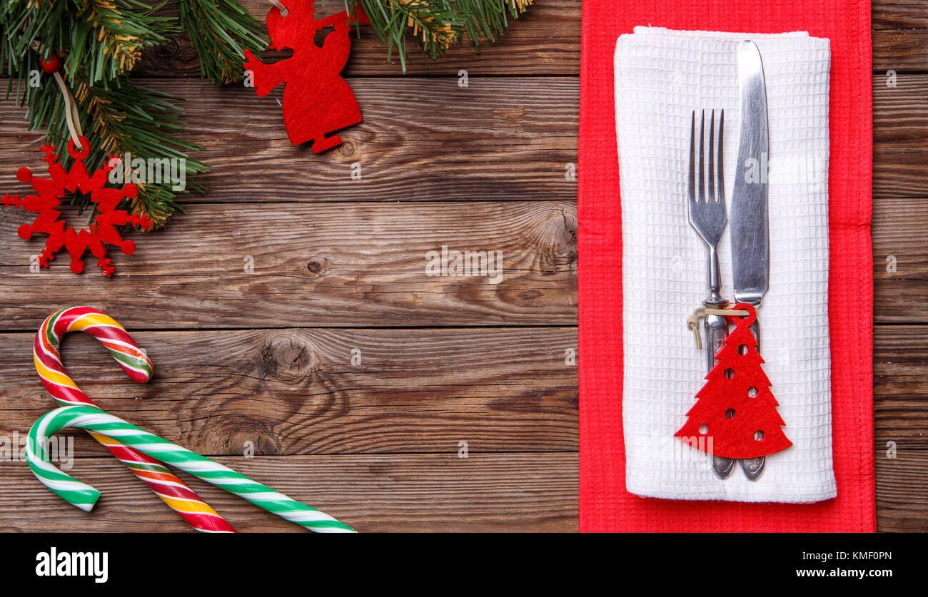 Weihnachten Tisch mit Messer und Gabel, dekoriert Weihnachten ...