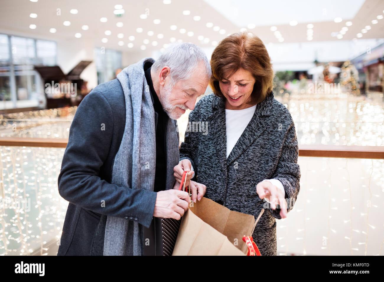 Senior Paar, Christmas shopping. Stockbild