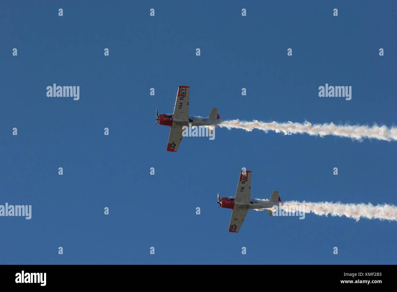 Zwei Propeller Flugzeuge fliegen zusammen mit Rauch Trail im tiefen blauen Himmel Stockbild