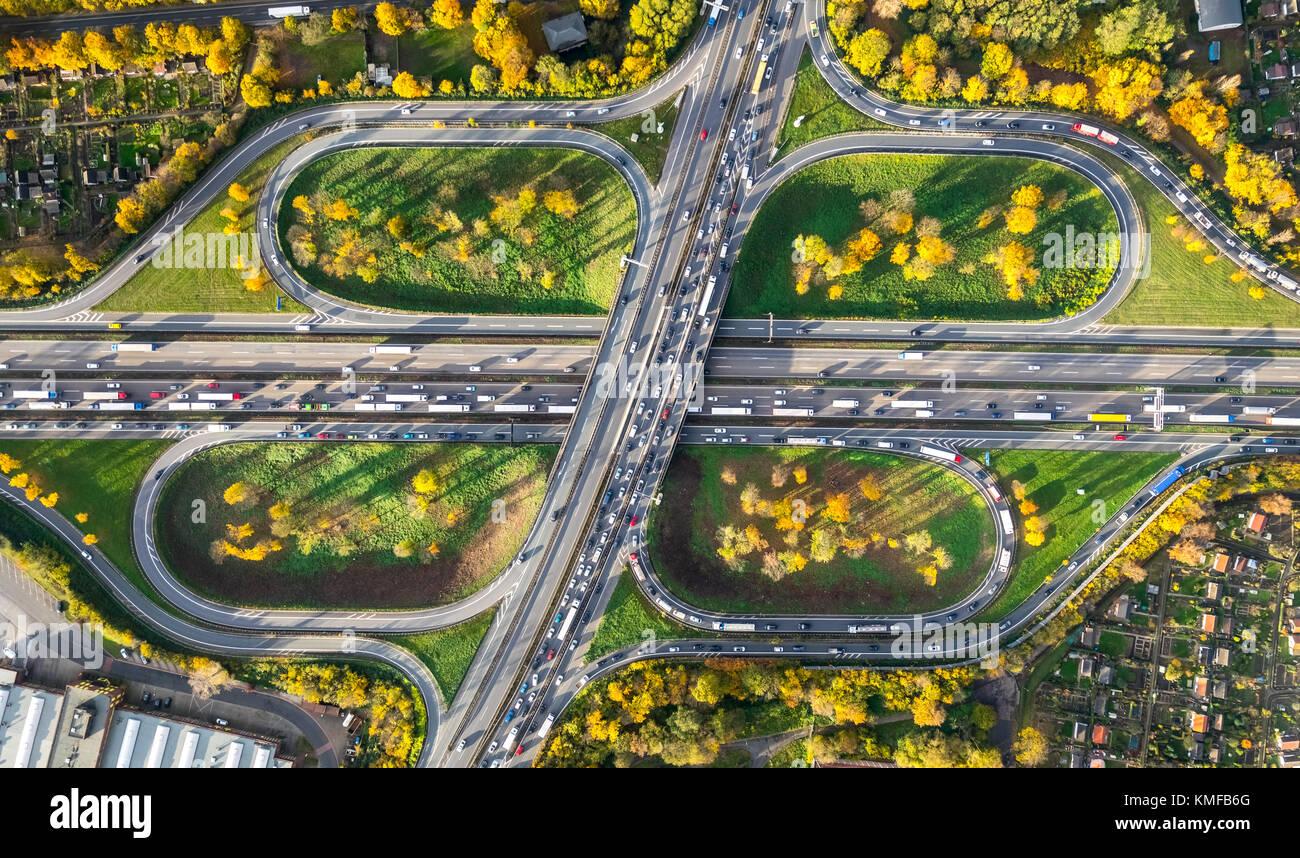 Autobahnkreuz Kleeblatt, ein 40 und ein 59-Stunden-Zimmerservice, Stau auf der A40 in der Nähe von Duisburg, Stockbild