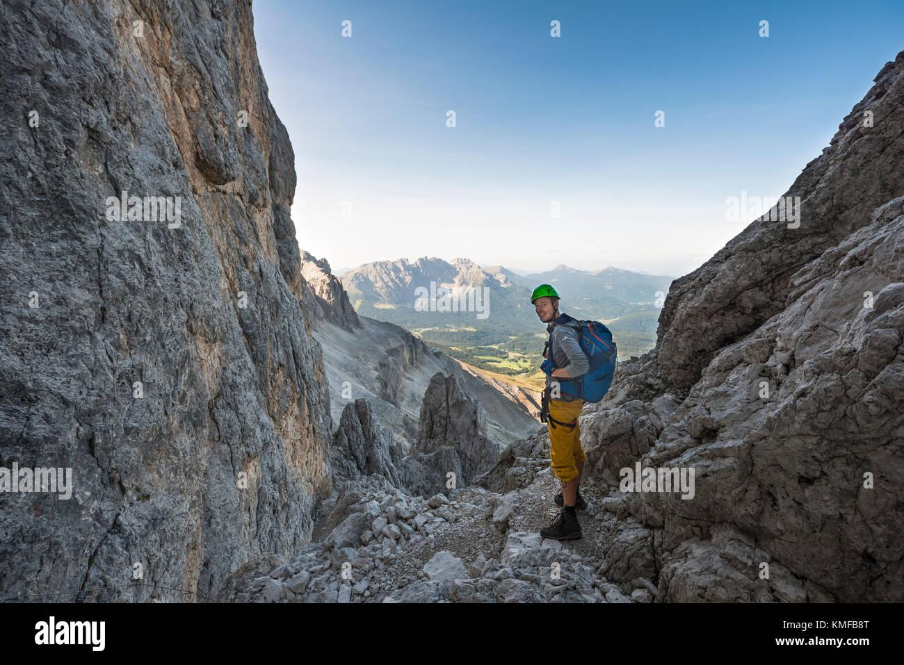 Klettersteig Rosengarten : Wanderer in der santner klettersteig rosengarten gruppe mit blick