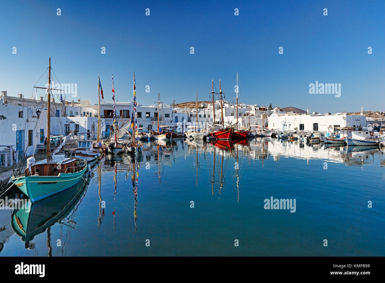 Boote im Hafen von Naoussa auf der Insel Paros, Griechenland Stockbild