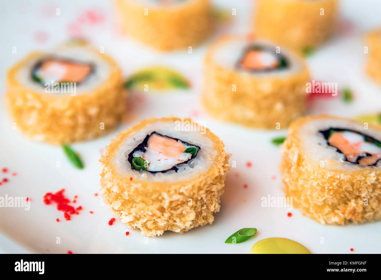 Sushi Rollen auf weißem Hintergrund verstreut Stockbild