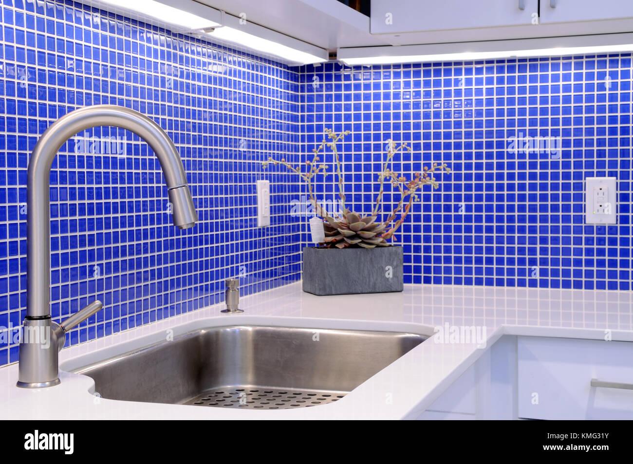 Blau backsplash Tiles, weiß Arbeitsplatte, einzigen Griff Küche ...
