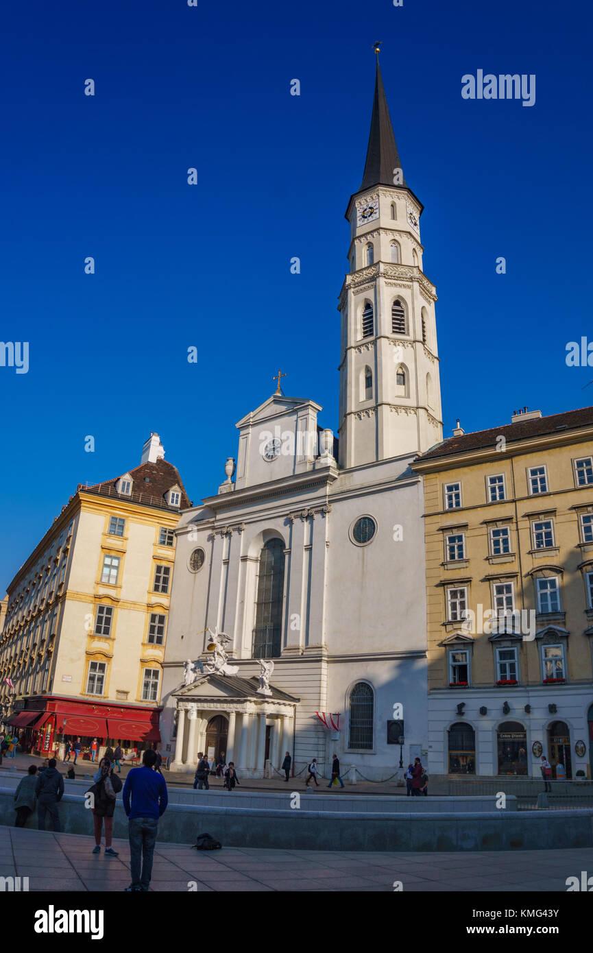 Architektur und der Straßenverkehr in einem typischen Tag in Wien, Österreich, Europa. Stockbild