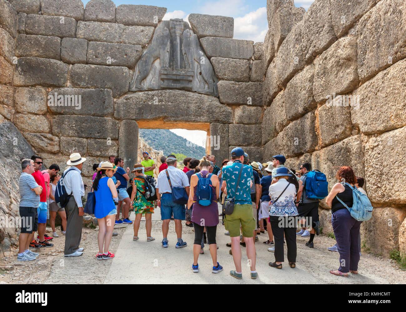 Gruppe von Touristen an der Lion Gate in Mykene, Mikines, Peloponnes, Griechenland Stockbild