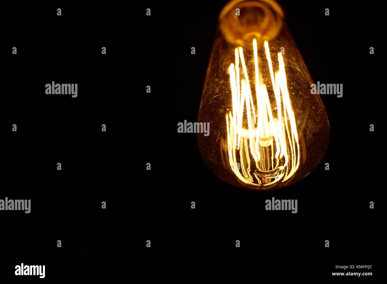 Retro Style Glühbirne Beleuchtung Gegen Einen Dunklen Hintergrund