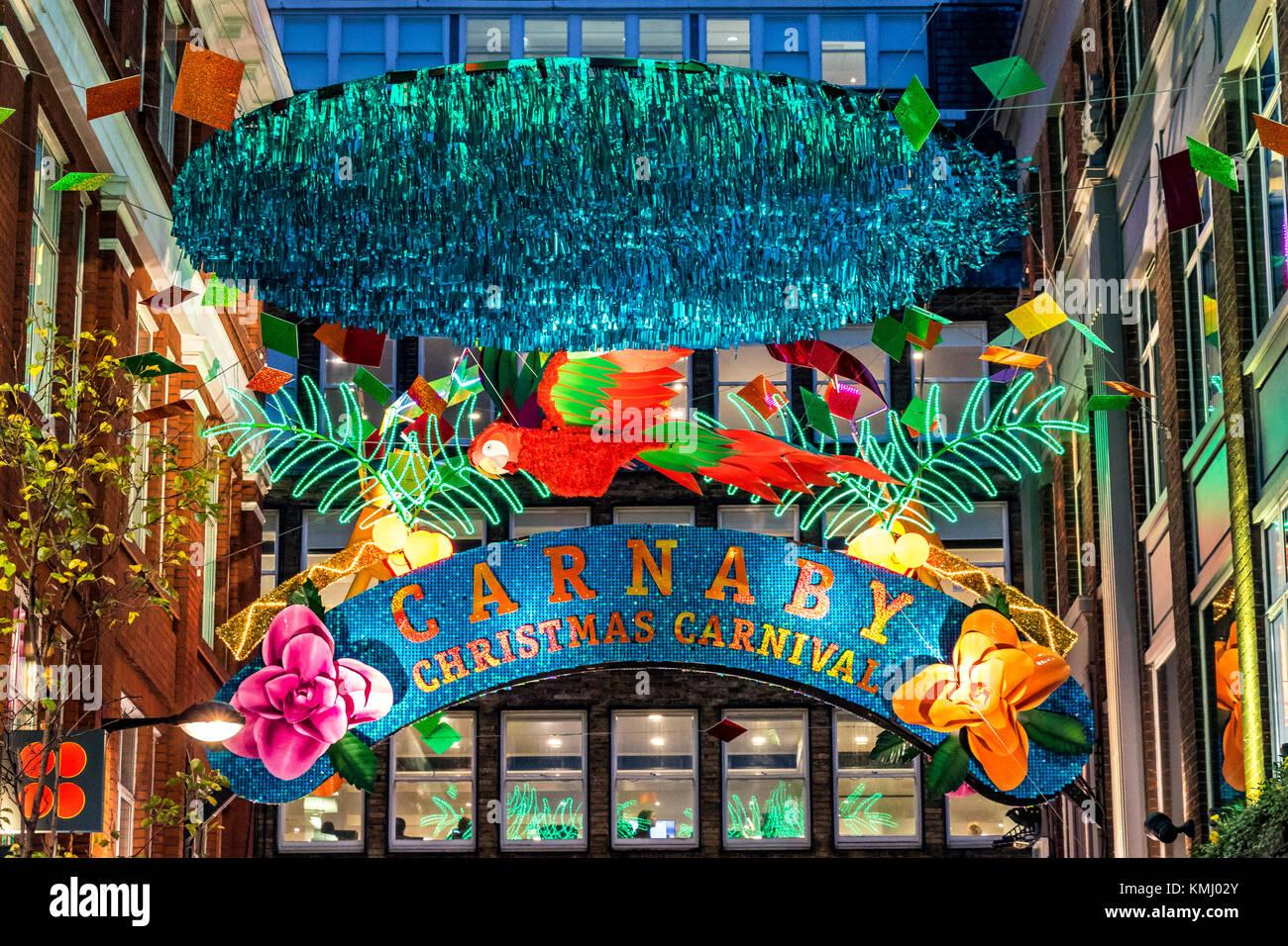 Carnaby St mit tropischen Motiven Weihnachtsschmuck, Soho, Weihnachten 2017 Stockbild