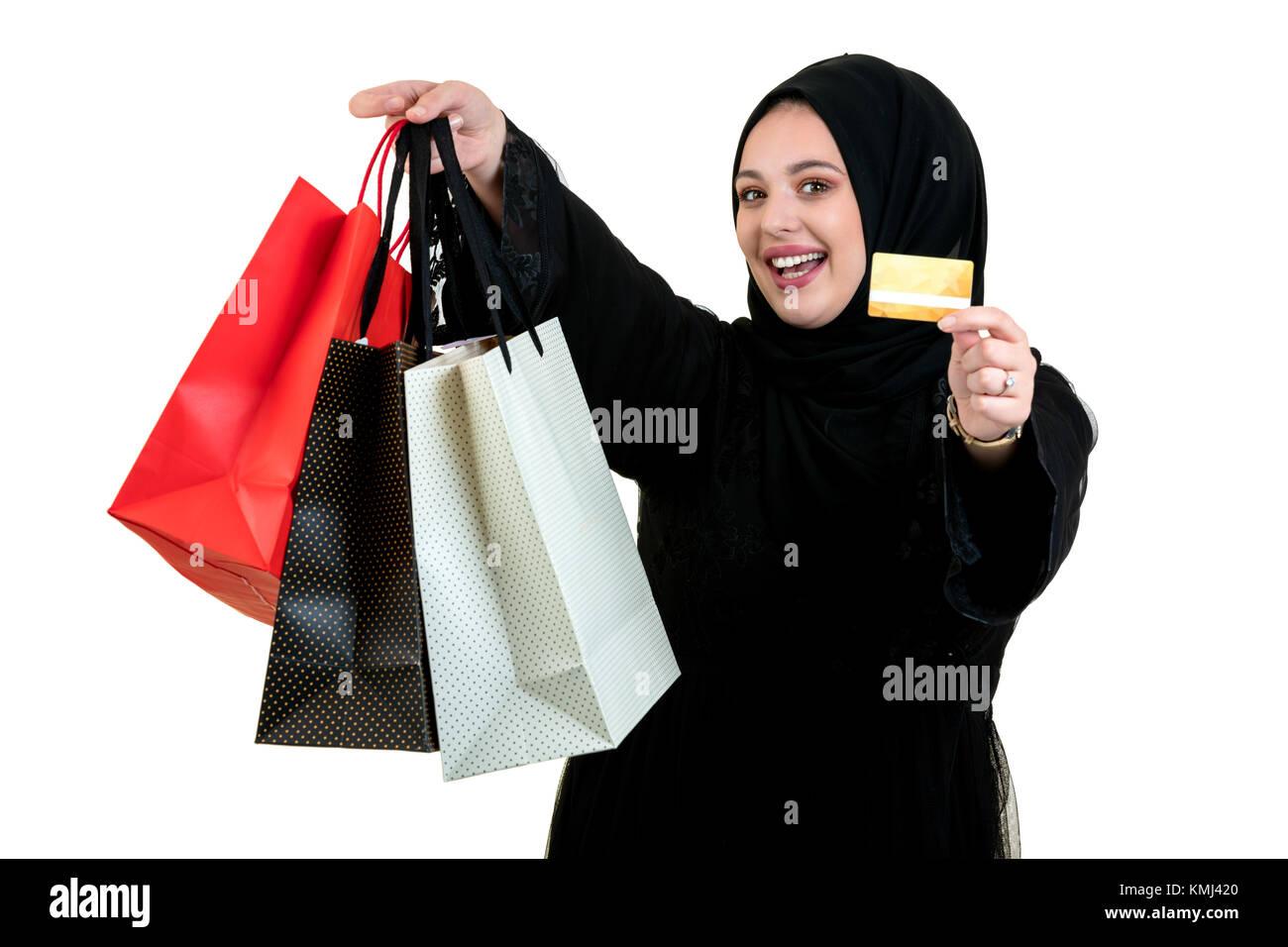 Arabische Frau, die einkaufstaschen isoliert auf weißem Stockfoto