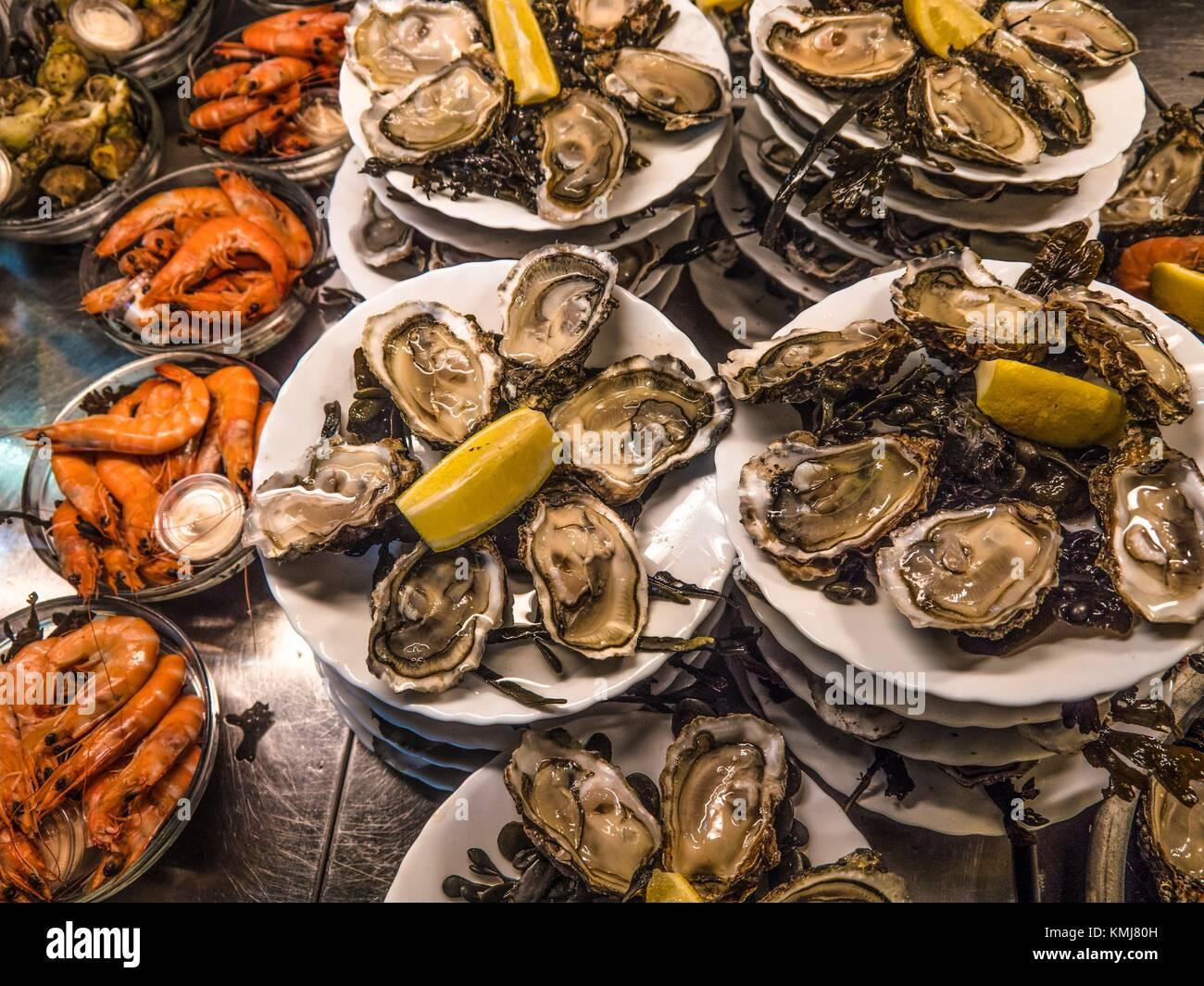Frankreich. Nouvelle Aquitaine. Gironde. Austern und Garnelen am Minou's Markt in Bordeaux. Stockbild