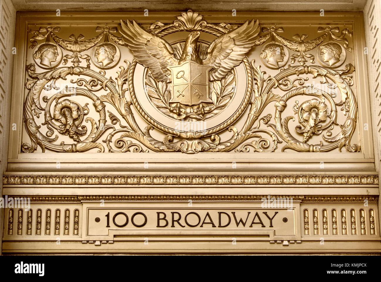 100 Broadway, goldene Eingangstür, Financial District, Manhattan, NYC Stockbild