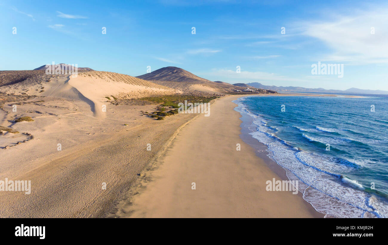 Luftbild des weißen Sandstrand, Dünen, Bergpanorama, Jandia, Costa Calma, Fuerteventura, Kanarische Inseln. Stockbild