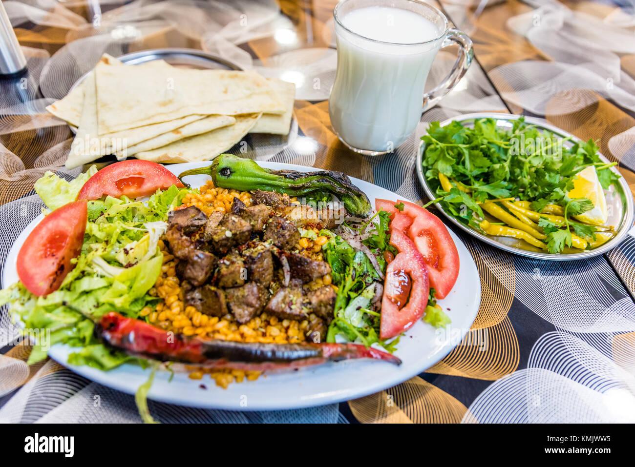 close up detaillierte ansicht von gegrillten leckeren leber t rkische shish kebab auf einem. Black Bedroom Furniture Sets. Home Design Ideas