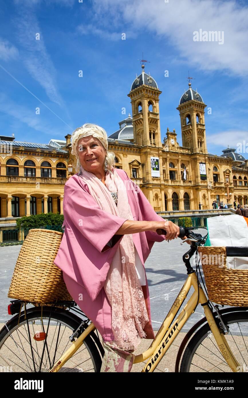 Ane Guisasola, Schauspielerin auf einem Fahrrad, Rathaus, Alderdi Eder Park, Donostia, San Sebastian, Gipuzkoa, Stockbild