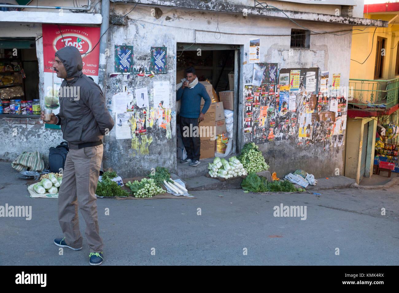 Atemberaubend Männer verkaufen frisches Gemüse trinken hot Masala Chai Tee auf @FC_45