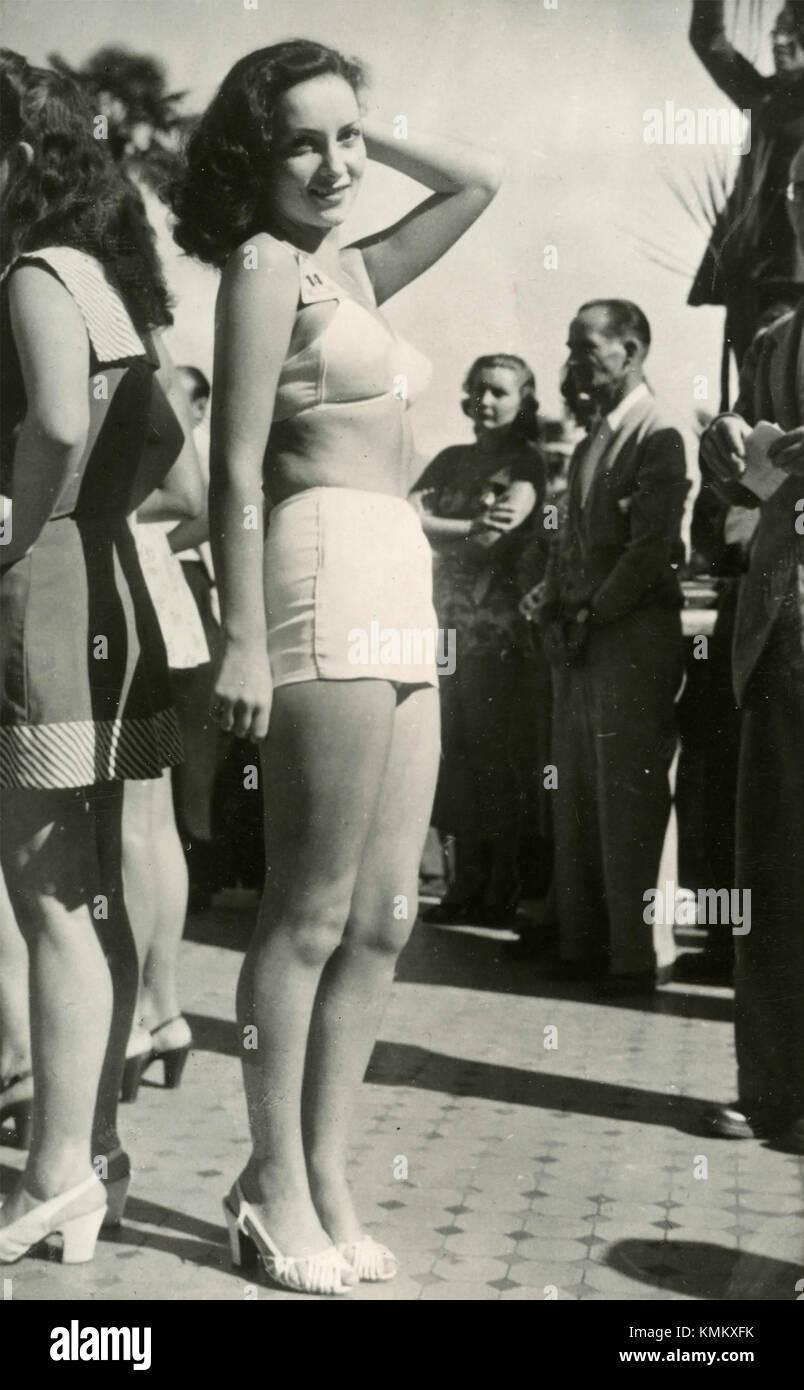 die italienische schauspielerin gina lollobrigida an der miss italia sch nheit verleihung 1947. Black Bedroom Furniture Sets. Home Design Ideas