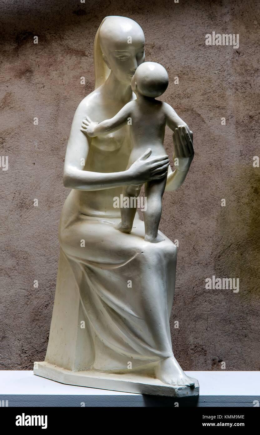 Mutter Mit Kind Gips Skulptur 1955 Von Franzosischen Bildhauer Jean Henninger Stockfotografie Alamy