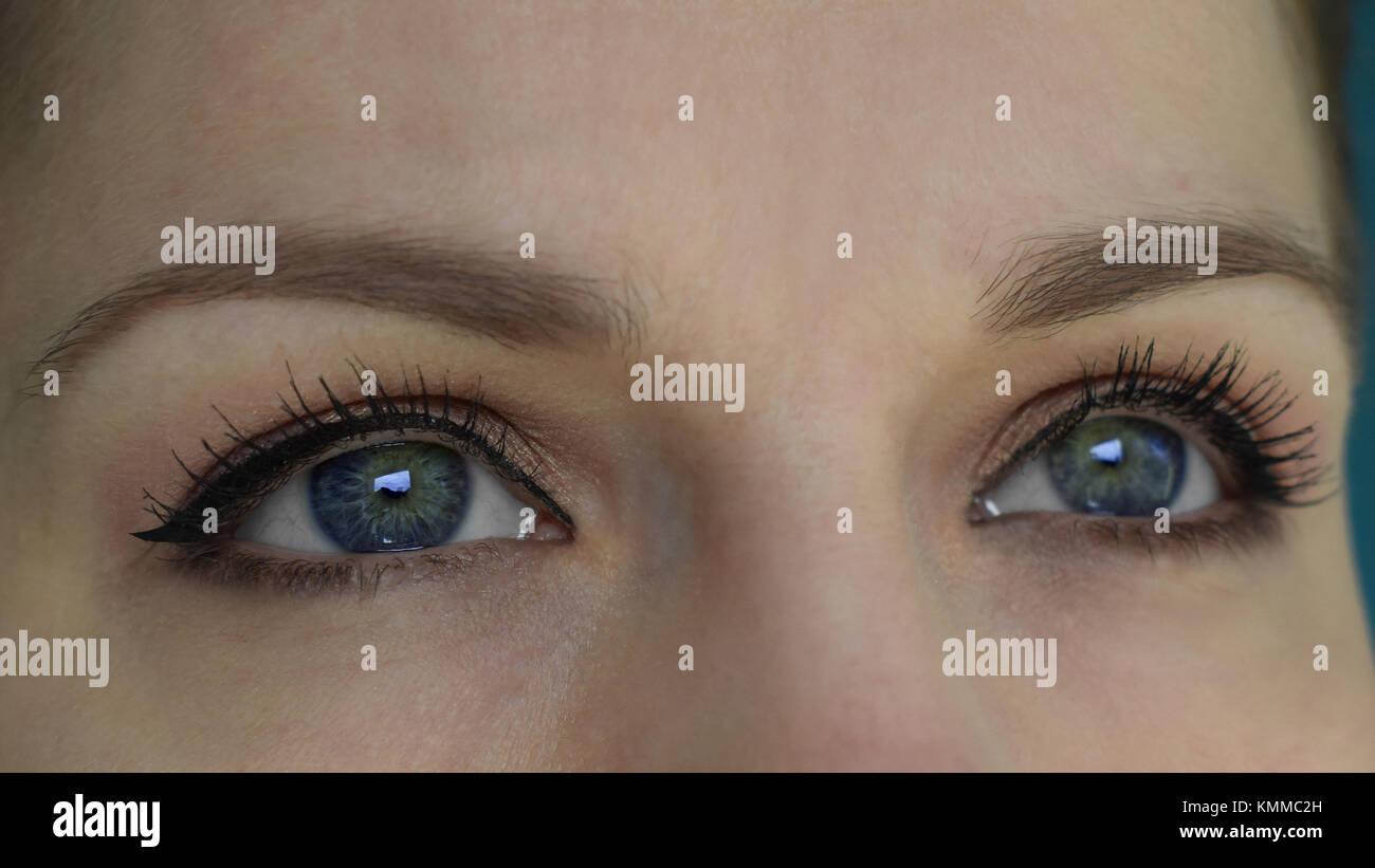 Nahaufnahme von Blau mit gelben und braunen Eindruck der weiblichen Augen. Natürliches Make up und diskrete Stockbild