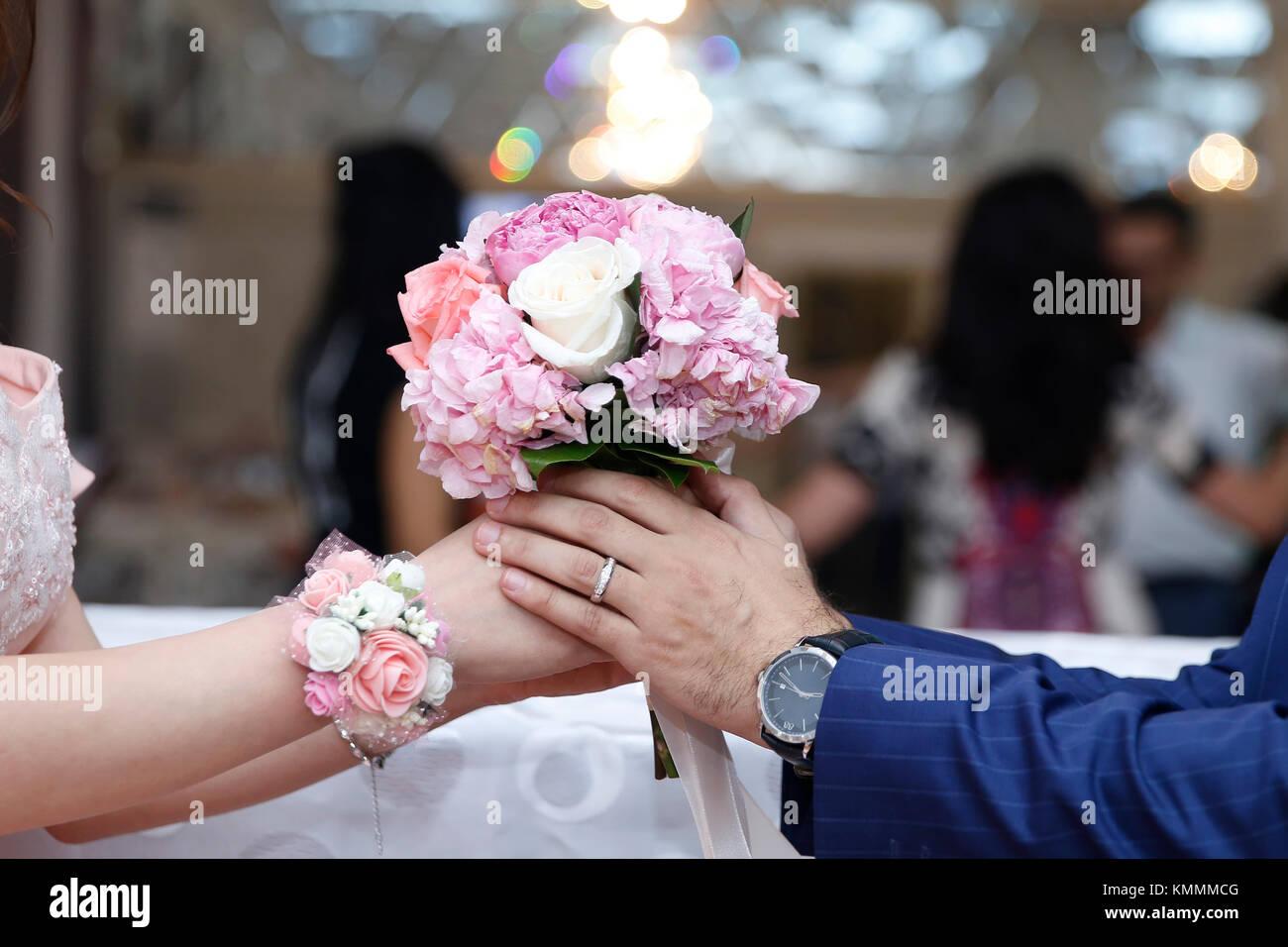 Mann Verlobungsring Auf Verlobte Finger Junges Paar Eingeschaltet