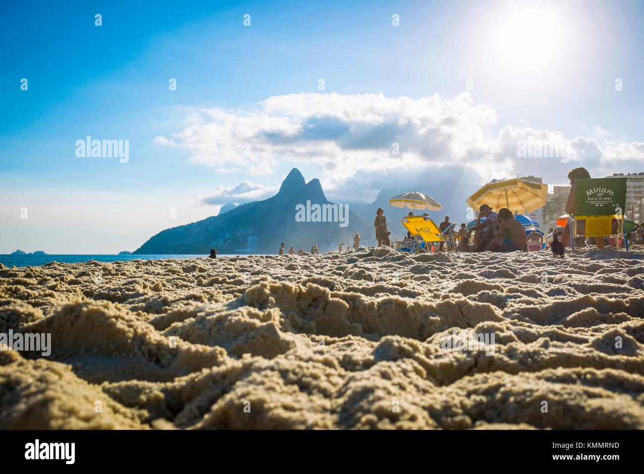 Rio de Janeiro - März 06, 2016: Die Menschen am Strand von Ipanema gegen die berühmte Silhouette der beiden Stockbild